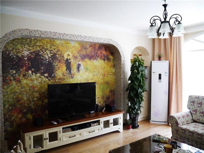 客厅装修是装修中的重点,直接的体现了主人的居家理念和个人品味,而电视背景墙装修又是客厅装修的点睛之笔,选择通过手绘墙的方式去彩绘电视背景墙会给你带来不一样的惊喜! 电视背景墙墙绘  这是一个田园风格的电视背景墙墙绘,绽放的花朵配合客厅里的植物都给人一种身在田园的清新芬芳,让人心旷神怡。  浅紫色的花朵,配合房间整体现代感的风格,非常浪漫、优雅,感觉舒畅,幸福感提升。    通过深紫色的描绘出一幅荷塘月色的味道,花朵绽放,蝴蝶翻飞,展现出一幅绝美景致。搭配一旁的具有现代感的装修风格,相辅相成。    选